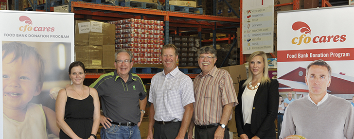 Chicken farmers join Ontario Agricultural Minister Jeff Leal to Support Kawartha Food Share Program